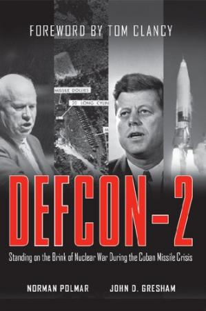A capa do livro DEFCON-2: Standing on the Brink of Nuclear War During the Cuban Missile Crisis